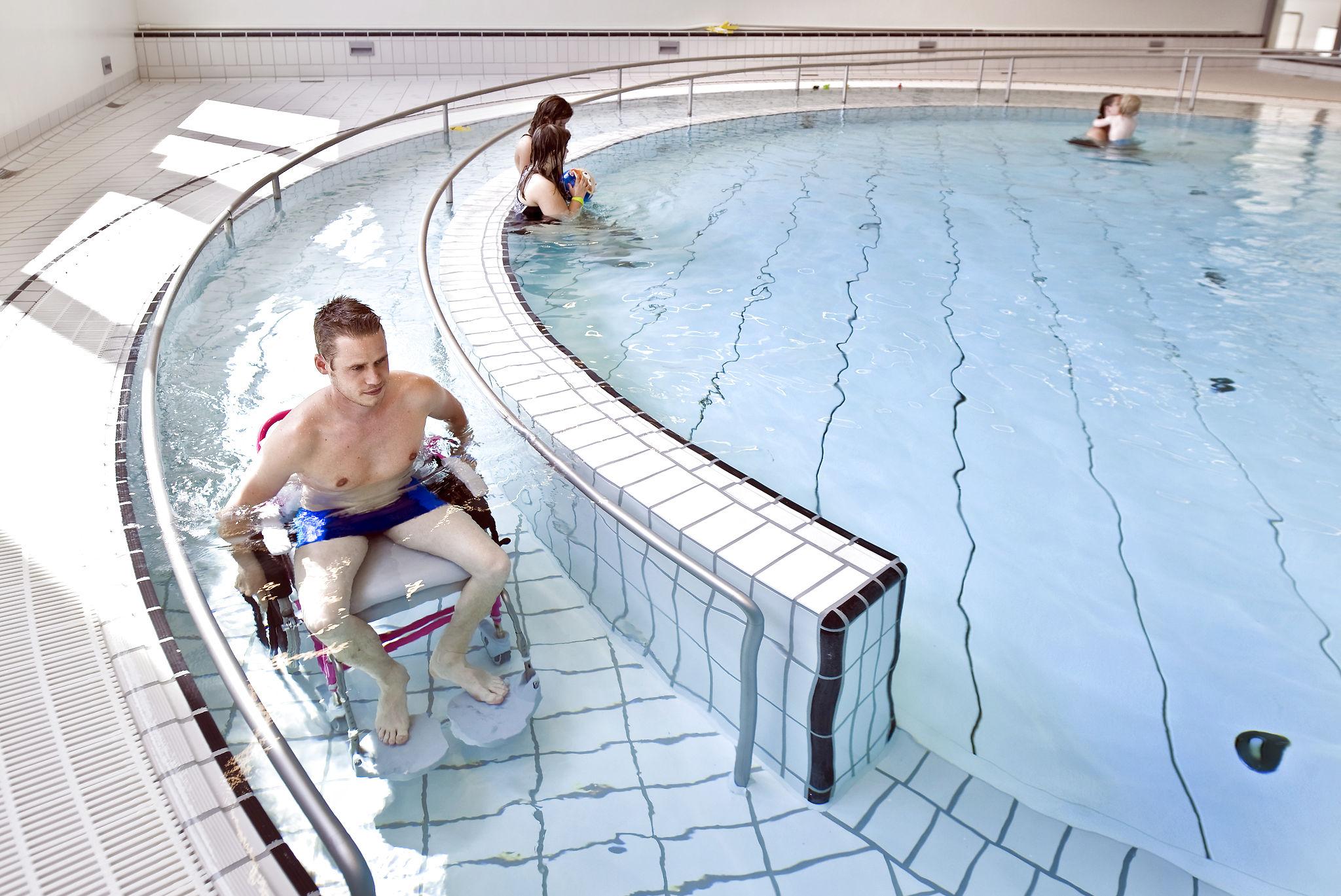 プール用車椅子と車椅子対応スロープ